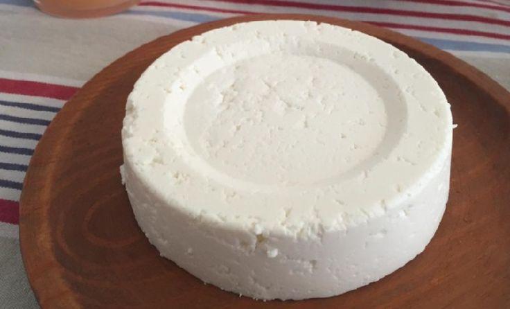 DÉLICIEUX ! Avec 3 seuls ingrédients, vous pourriez fabriquer votre propre fromage. Ingrédients et articles requis : 1000g (1 litre) de lait frais 1 pot de yaourt blanc sans sucre ou yaourt grec. Le jus d'un demi citron Une compresse en coton hydrophile d'un mètre de long (se vend à la pharmacie) Un grand bol …
