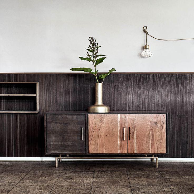 Wat een prachtige verschijning is deze houten dressoir van het merk  Nordal. Een ware toevoeging aan je interieur. De verschillende hout soorten in combinatie met de gouden accenten zorgen ervoor dat de kast een chique uitstraling heeft.Tip: zet jou favo woonaccessoires op de kast en pronken maar!
