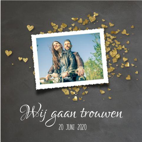 Romantische, enkele en stoere uitnodiging voor jullie bruiloft! Met krijtbord design en goud gekleurde glitter confetti in hartjes vorm. Geheel zelf aan te passen. Gratis verzending in Nederland en België.