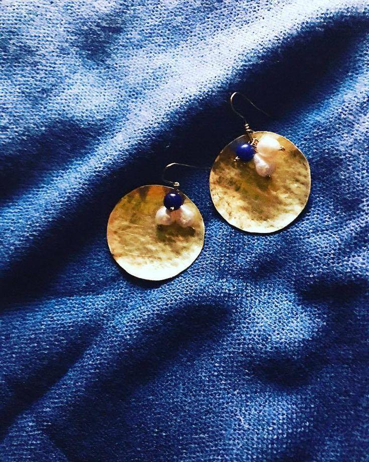 """Questi orecchini dal nome """"white/blue summer night"""" sono realizzati in ottone tramite tecnica di traforo e martellata,donando cosi questa forma concava e questa texture martellata, impreziositi da piccole pietre che donano colore e movimento.  questa collana può essere personalizzata nei materiali, nei colori,  nella struttura e nel sostegno."""