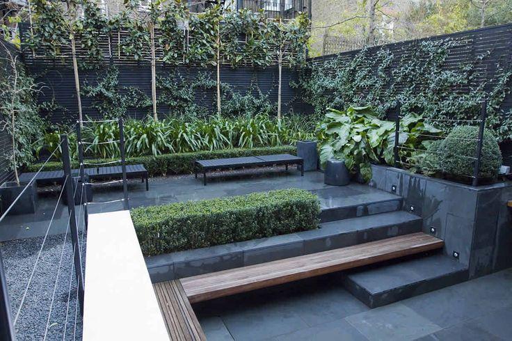 In deze relatief kleine tuin, wordt gewerkt met hoogteverschillen. Dit geeft een mooie dimensie aan het geheel.