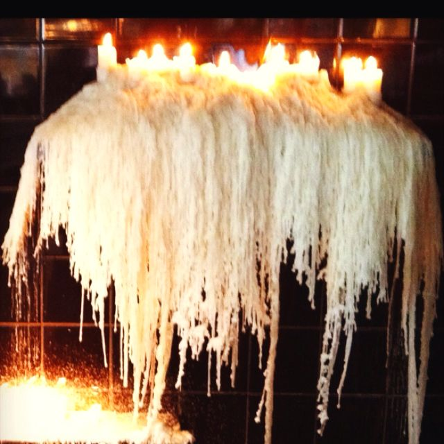 velas e cera derretida dão um charme na decoração do Chez Cafe no MIS (Museu da Imagem e do Som) em São Paulo