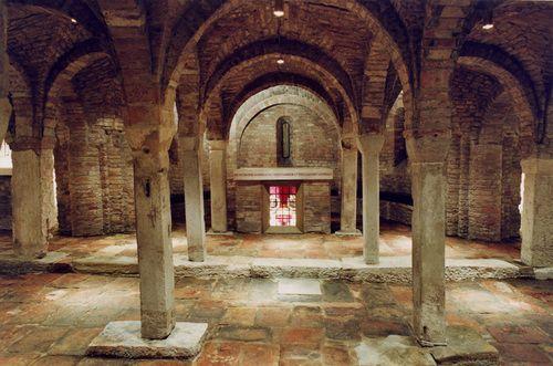 Cripta di San Vitale e Agricola. Rispettivamente servo e padrone, uccisi per non aver rinnegato la fede in Cristo.