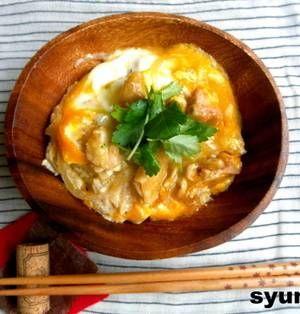 家庭で簡単に作れる和食の定番の親子丼。トロトロの卵とお肉がごはんに絡んでとっても美味しいですよね。それぞれの家庭の親子丼レシピがあると思いますが、今回は定番の作り方ではなくいろいろなアレンジレシピをご紹介します。いつもと違う親子丼でアッと言わせてみませんか? ■1人分作るのに最適♪レンチン5分の親子丼  【簡単!!】レンジで5分*とろとろ親子丼by 山本ゆりさん お昼に1人分だけ作りたい時、試験中
