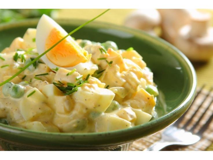 Jajka ugotuj na twardo, wystudź i pokrój drobno. Ser pokrój w drobną kostkę. Szczypior również po...