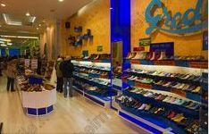 Esta es una tienda zapateria grande. Dentro, vende muchos zapatos.