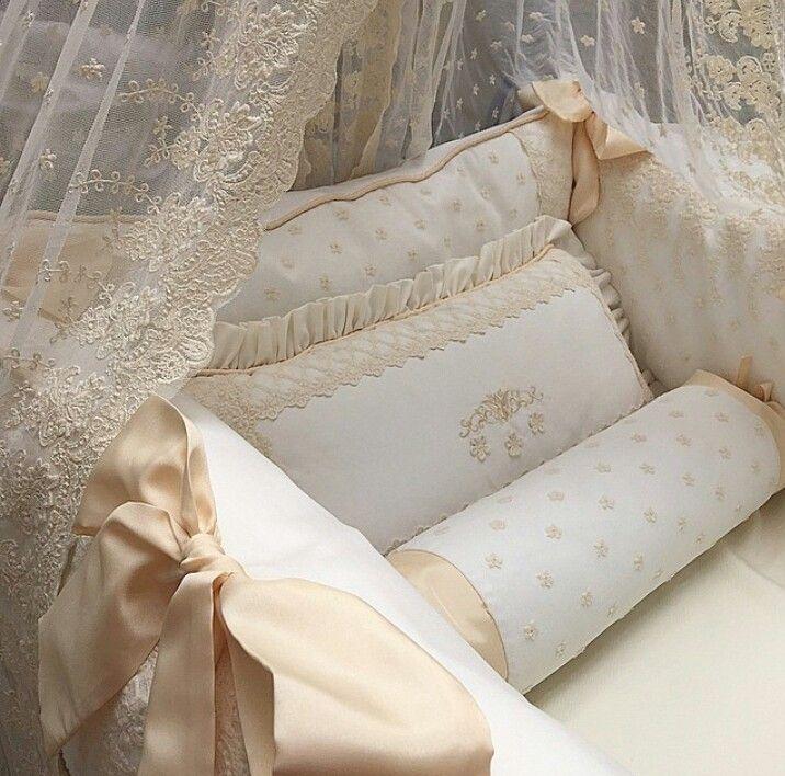 Kit berço lindo, delicado e luxuoso. Nos tons branco e nude, com renda francesa e maravilhoso cortinado. Do Ateliê Cláudia Branco.