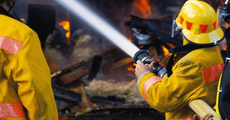 Qualidades de um bombeiro. Os bombeiros combatem incêndios, respondem a acidentes com veículos e tratam lesões. Eles precisam de certas qualidades físicas e mentais para lidar com as muitas tarefas de emergência, desde o resgate de sobreviventes presos até tarefas menores. As características necessárias incluem destreza mental e resistência física.