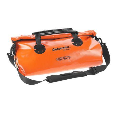 Die geräumige, wasserdichte #Reisetasche mit verschweißten Nähten lässt sich auf dem #Hinterradträger über die Blitzverschlüsse an den Back-Rollern fixieren. Der Rollverschluss auf der Oberseite ermöglicht es, bequemer an die unteren Sachen ranzukommen. Zudem ist er mit Spanngurten mit Blitzverschlüssen verschließbar. Die Tragegriffe sind ummantelt, der abnehmbare Schultergurt gepolstert. #Fahrradausrüstung