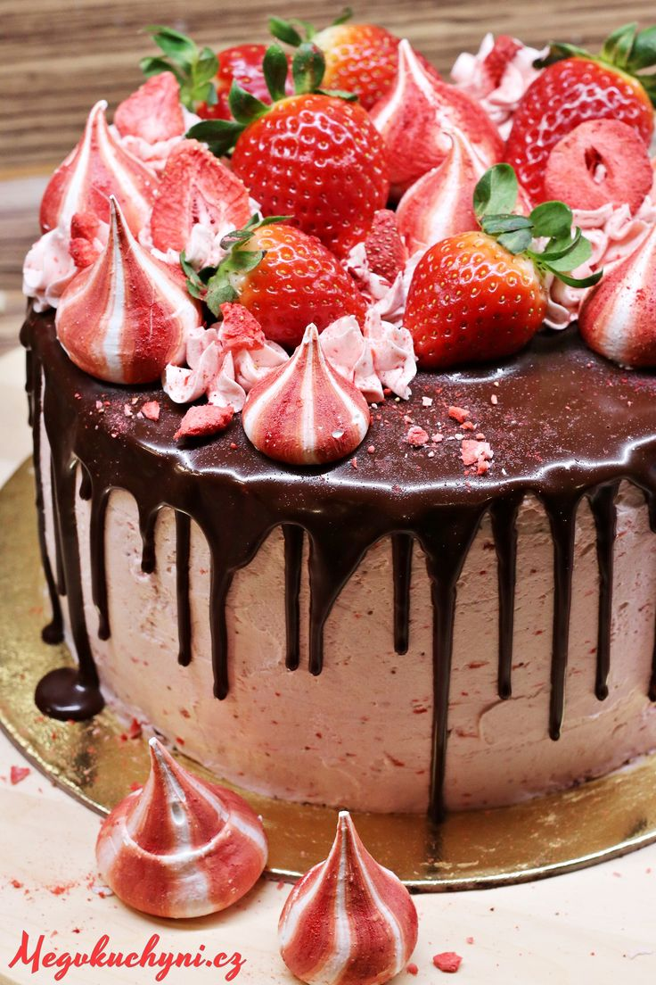 Čokoládovo-jahodový drip cake