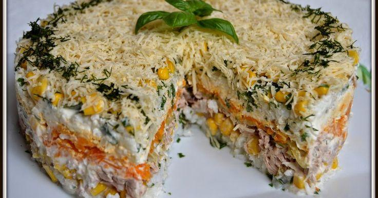 Składniki:200g ryżu ugotowanego na sypkopuszka kukurydzy4-5 ogórków konserwowych3 puszki tuńczyka w sosie własnymmajonezser żółty5 ugotowanych na twardo jajek3 ugotowane marchewkipieprzszczypiorekWykonanie: Na płaskim talerzu układamy plastikową obręcz. Do środka nakładamy (kolejność ...