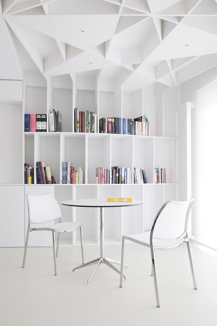 The STUA Marea table is the perfect table solution for small spaces or small families: it is light and can be easily relocated. MAREA: www.stua.com/eng/coleccion/marea-table.html GAS CHAIR: www.stua.com/eng/coleccion/gas.html