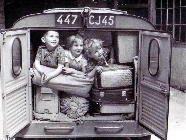 Kids On partait en vacances avec 4 enfants à l'arrière sans ceinture de sécurité, les coussins sur les sièges, et le toit de la voiture chargé. Comme j'ai aimé !