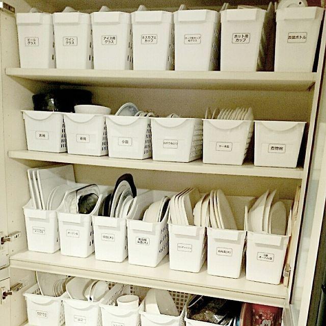女性で、4LDKの見せる派/隠す派/魅せる派/ラベルシール/リゾート/手作り…などについてのインテリア実例を紹介。「イベント用に再投稿です。 キッチンの収納棚。食器類を横で収納するより、立てて収納することにより、大幅に収納増! 白い収納ケースは、すべてダイソーのものです。ピッタリとケースも食器も棚に収まり、見た目もスッキリしました。ラベルはセリアのラベルシールで自作しました。 我が家はオープンキッチンのため、来客におもてなしをするとき、棚の扉をあけるとこの収納が目につくので、みなさんに『凄い!』とお褒めの言葉をいたはだいています。 扉を閉めると隠す収納。扉を開けても見せる収納として、活躍しております。」(この写真は 2017-02-12 07:56:50 に共有されました)