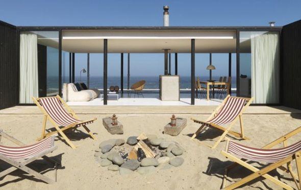 Pour la seconde fois de la semaine, on embarque pour le Chili et l'une de ses régions côtières où les architectes de 01ARQ ont réalisé cette splendide maison de plain-pied. Comprenant 3 chambres, 2 salles de bain, un spacieux salon et des terrasses protégées, la Casa W a été construite pour s'adapter aux éléments, surtout celui du vent
