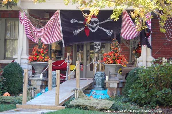 Cool pirate porch for Halloween decorating! #halloween #pirates