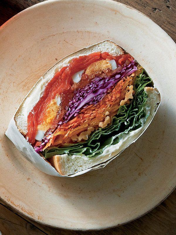 """ボリューミーな朝ごはんをお求めなら、わんぱくサンドイッチ仕立てで、LET'S 朝ベジ! カラフルな野菜を何種類も層にしてはさんだ""""萌え断サンドイッチ""""をがぶりと食べて、おなかも心もハッピーに♡ >レシピは..."""