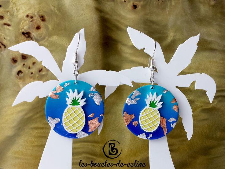 Boucles d'oreilles: Ananas jaunes sur fond dégradé bleu pailleté