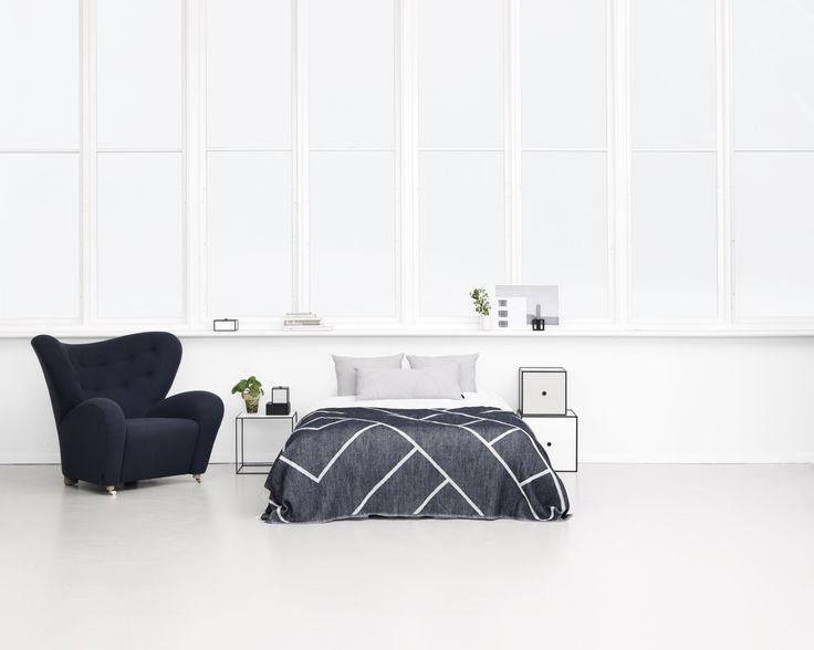 kubus 28 ist eines der quadratischen regale der dnischen designer was besondere tiefe gibt individuell gestaltbar durch die kombination mit anderen - Schone Schwarz Weis Schlafzimmer Inspiration Design Und Ideen