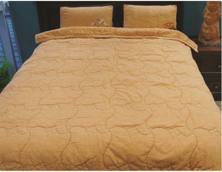 Pitch Blanket 피치 차렵이불 Red Clay / Blue 황토 / 블루 40-countthread Cotton 면40수 200cm × 240cm      ₩498,000   It is a sleep induction blanket made by putting a ward of thick cotton into top-quality high-density 40-countthread cotton fabrics, quilting it finely in a pitch patten and naturally dyeing it the cotton inside. 최고의 품질을 가진 고밀도 면40수 원단에 두툼한 솜을 넣고 피치 형태로 촘촘히 누빈 다음, 솜까지 천연염색한 수면유도 이불입니다.