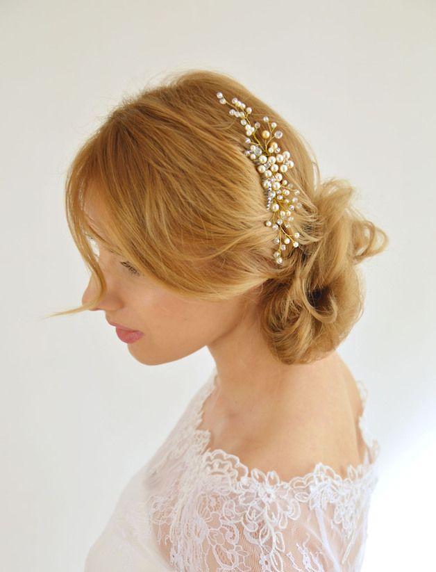 Niezwykle kobieca ozdoba ślubna do włosów - złoty grzebyk z koralikami perłowymi. Dostępna w sklepie internetowym Madame Allure!