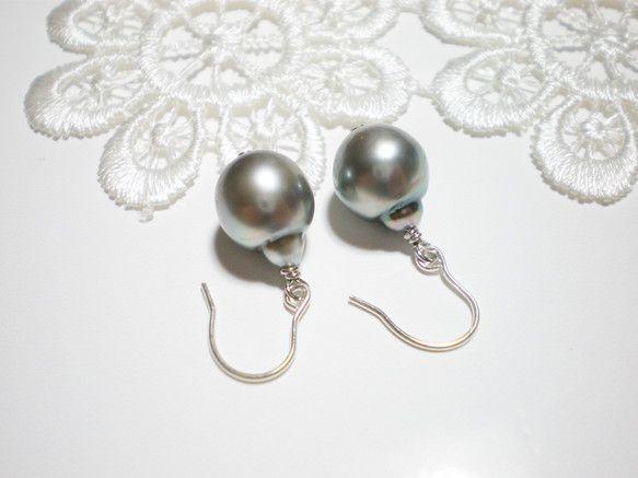 シンプルな黒蝶真珠のピアスです。 黒蝶真珠の高級感と、シンプルなので普段使いの両方の雰囲気が楽しめます。*天然真珠のため、サークルやエクボがあります。 南洋 ...|ハンドメイド、手作り、手仕事品の通販・販売・購入ならCreema。