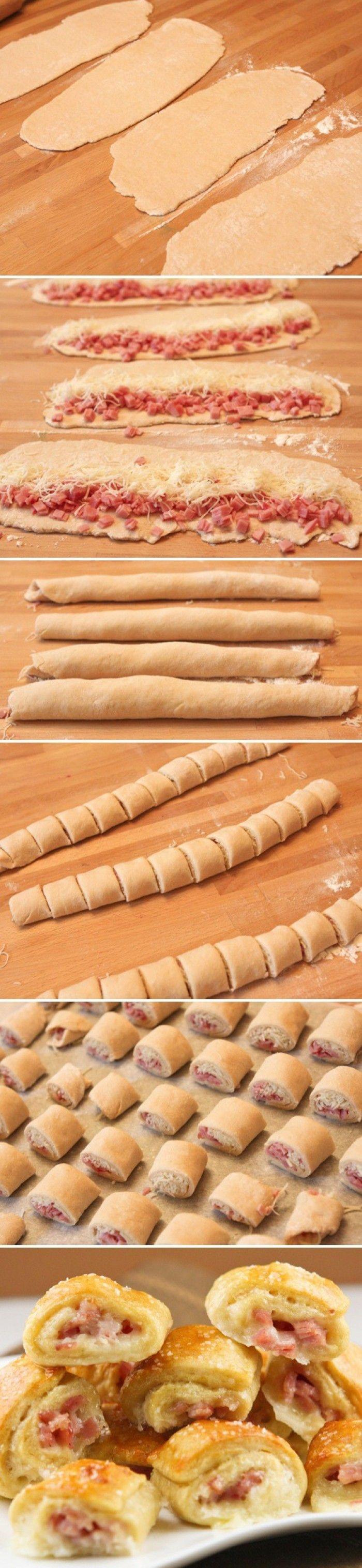 Makkelijke ham kaas rolletjes 400 g bladerdeeg, ontdooid / of koeling 50 g belegen kaas, geraspt 4 plakken gekookte hem, in reepjes 6 kerstomaatjes, in plakjes Bereiden Verwarm oven voor op 190 graden. Maak een rechthoek van de plakjes bladerdeeg, naden goed vastplakken ! of gebruik rolletje vers bladerdeeg uit de koeling en rol dat wat groter. Strooi de kaas erover en leg daarop de ham en de tomaat. Rol de rechthoek bladerdeeg op tot een soort worstvorm. Airfryer 20 minuten op 180graden