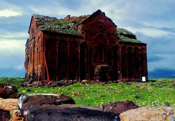 """""""ANI"""" Hazinedir Kars İline 42 km uzaklıktaki Ocaklı Köyü sınırları içerisinde yer alan Anı Ören Yeri Türkiye – Ani HarabeleriErmenistan sınırını ayıran Arpaçay Nehrinin batı yakasında Türkiye sınırları içerisinde volkanik bir tüf tabakası üzerine kurulmuş bir ortaçağ şehridir. Ören yeri Anadoluya İpek Yolu üzerinden girişte ilk konaklama merkezi olduğundan aynı zamanda bir ticaret merkezidir. Antik kentin zenginliği de buradan gelmektedir. Ören yerinin en eski tarihi M.Ö. 5000 yıllarına…"""