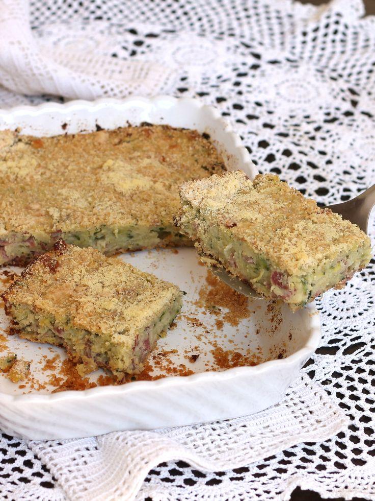 Il gateau di zucchine è la rivisitazione alle verdure del famoso gattò di patate napoletano. Facile e saporito, si serve come antipasto o piatto unico.