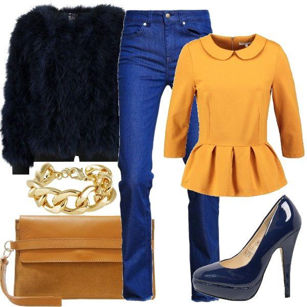 Outfit composto da jeans, maglia color senape bon ton, décolleté con plateau in vernice blu e pelliccia ecologica corta. Completano il look il bracciale importante e la pochette color cognac.
