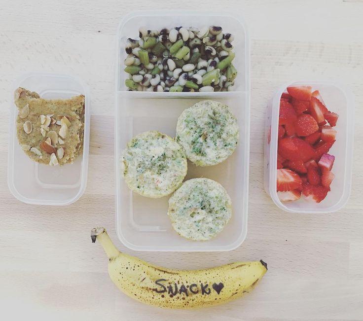 #lunchbox da sexta! Muffin de brócolis, pimentão doce, queijo e ovo + feijão fradinho com vagem (fiz estilo conserva, ficou gostoso de comer frio!)! De #snack morangos e banana! Comprei pela #amazon um lunchbox que garante manter a comida quente por 4h, na segunda mostro! #kidstraveltips #poweryourlunchbox #realmom #reallife #momlife #momblog #momblogger #socialmedia #socialmediamom #brasil #bocaraton #florida #lunch #foodtips #toddlers #alphamaes #geraçãoalphamães #pinterest