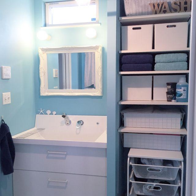 洗面所の壁面を上手におしゃれに有効活用!壁面収納アイデア10選 ... 爽やかなブルー&ホワイトの壁面収納