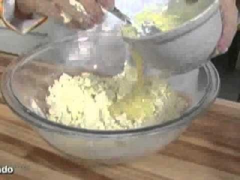 Pasta de leite em pó Ingredientes: 2 xícaras de leite em pó 2 xícaras de açúcar impalpável ½ lata de leite condensado Modo de preparo: Passe em uma peneira o...