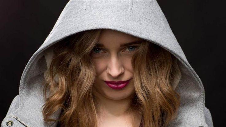 """Enligt den amerikanska forskaren Elaine Aron är en femtedel av världens befolkning högkänsliga. Det innebär i korta drag att man påverkas mer av sinnesstämningar och bearbetar intryck på ett djupare sätt än övriga. Människor med personlighetsdraget """"highly sensitive person"""" blir lätt överstimulerade och stressade - men att de skulle vara svagare och mindre effektiva än andra är direkt felaktigt. Med hjälp av tidningen Huffington Post listar vi sju falska myter om HSP-personer."""