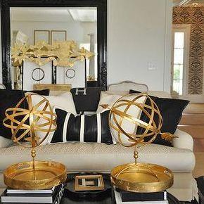 Megan Winters - Salones - brillante, negro, espejo de piso, marfil, ropa de cama, sofá, negro, almohadas, negro, oro, redondo, tabla de acento, el oro y el salón negro,