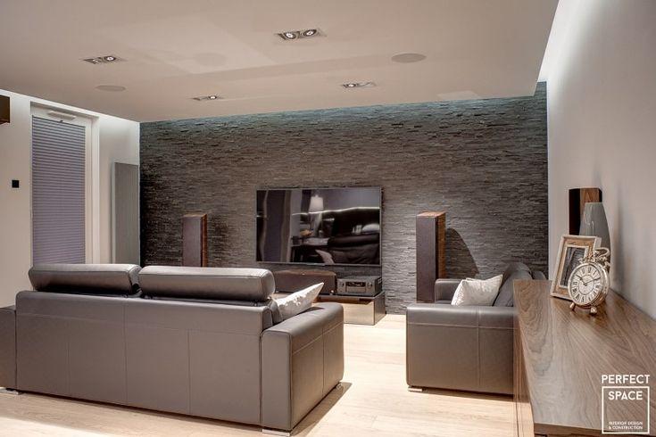 Aranżacja wnętrza salonu w nowoczesnym stylu: drewniane meble  i podłoga, oryginalna tapeta, skórzane meble.