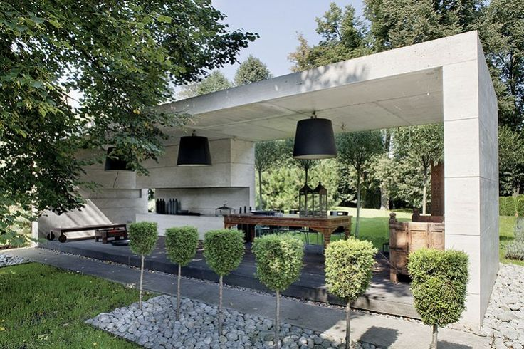 An architect's house in Poland On a plot of 1600m ² planted with ancient lime trees, stands this contemporary house made ​​of concrete and glass, as a complement to the surrounding landscape, fully respecting nature presents before its construction.