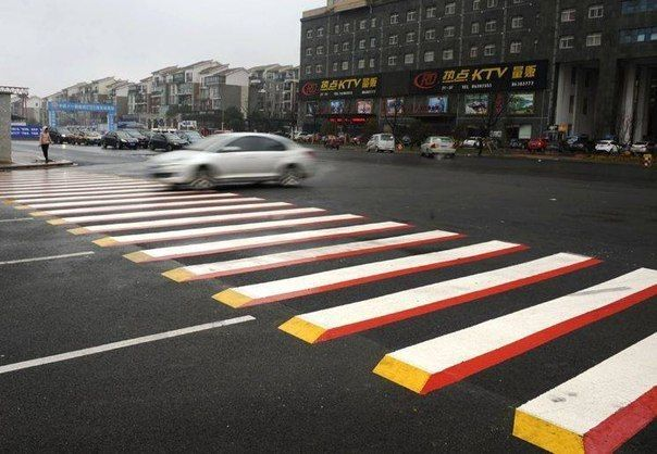 Водители китайского города Чангша жалуются, что новые 3D пешеходные переходы вызывают у них панику, потому что выглядят как брёвна или цементные блоки.