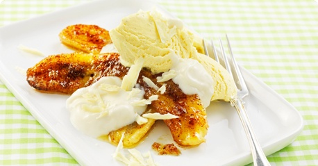 Grilled bananas with mango yoghurt and ice cream