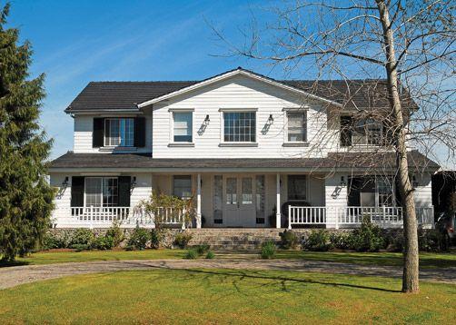 Fachada de estilo sureño americano. Por arq Marcela Parrado. Más fotos y contacto en www.PortaldeArquitectos.com