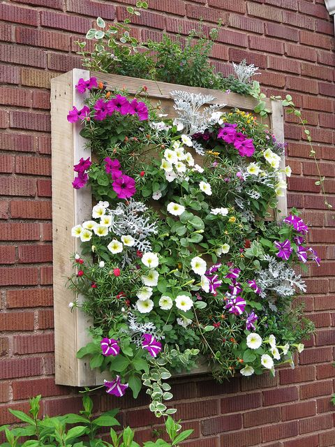 DIY Pallet Planter, great idea to cover outside walls that would otherwise be boring!