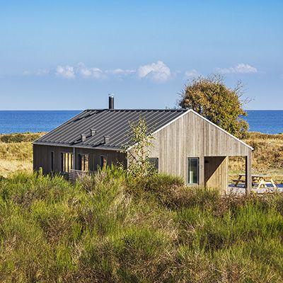 Nytænkende og stilskabende fritidshus udviklet i samarbejde med EBK HUSE. Arkitekturen er moderne og stram i dette nye fritidshus. Men indenfor møder man en intim og hyggelig sommerhus atmosfære og en gennemtænkt indretning. Se præsentationsvideo om Fjordhuset her Novaformkombinerer erfaring med arkitektonisk nysgerrighed efter at skabe overraskende nye løsninger. Med Fjordhuset satte arkitekt Karina Søgaard …
