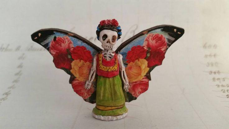 ¿Día de los muertos amantes siempre quiso hacer sus propios santuarios? Bueno, aquí es! Una figura de Santuario de miniatura esculpida de mano perfecta para matchbox santuarios - Frida Kahlo con alas... listo para meterlo en un altar de su elección. (espalda plana) ¿Interesado en otra