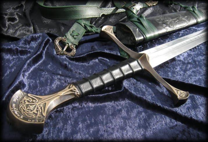 ¿Dónde aparece?El señor de los Anillos y El Silmarillion.¿Qué es?Su nombre original era Narsil, era la espada de Elendil, rey de los Dúnedain durante la Guerra de la Última Alianza. Es la espada rota con la que Isildur le cortó a Saurón el anillo con todo y dedo. Muchas generaciones después, la espada fue forjada de nuevo como un regalo a Aragorn. Su nuevo nombre, Andúril, significa 'Llama del oeste'.Poderes: Su filo le quitó su poder a Saurón, además es como el emblema de la casa real de…