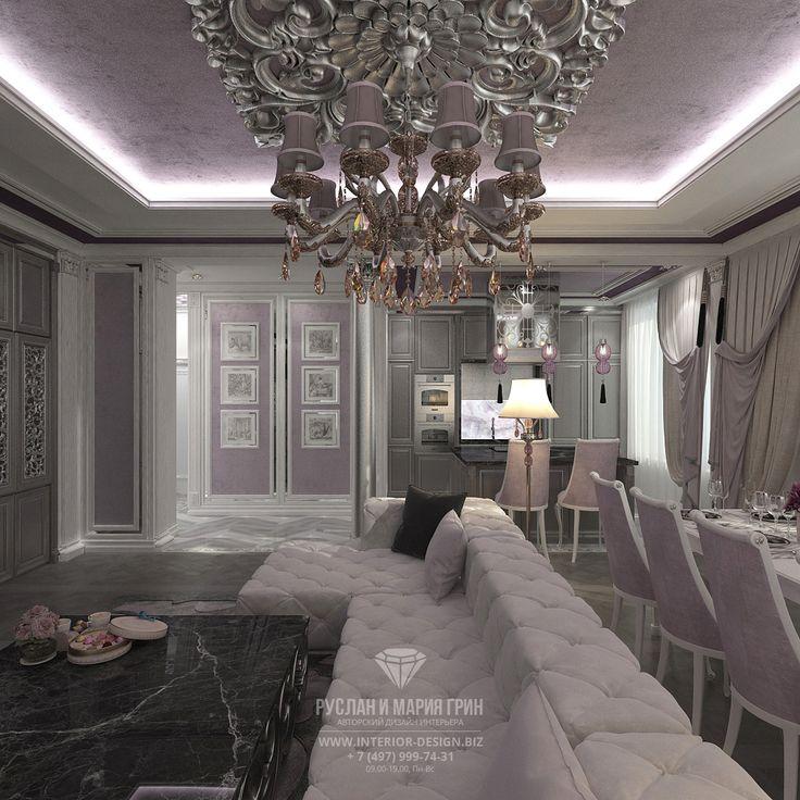 Интерьер гостиной с большим диваном