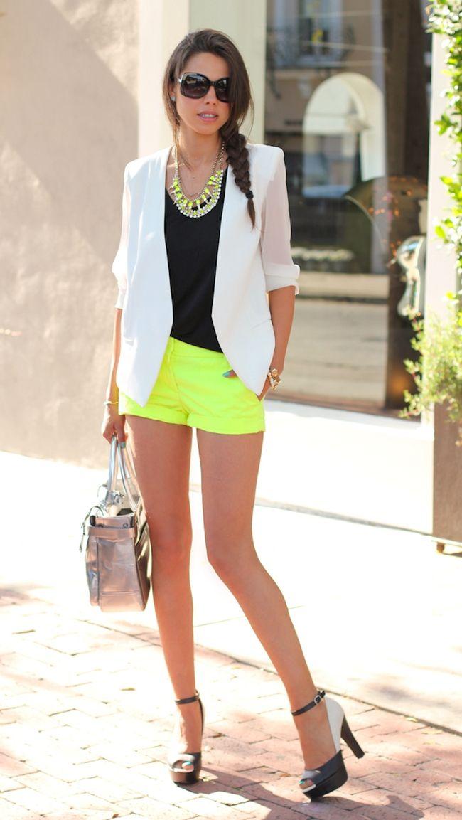 Chic Style | blazer branco, short amarelo e saltommeia pata viva luxury