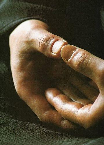 Dhyâni Mudra : le dos de la main droite repose sur la paume gauche, les bouts des pouces se touchent légèrement. La main droite, reposant sur le dessus, symbolise l'état d'éveil ; la gauche, se reposant dessous, le monde de l'apparence.