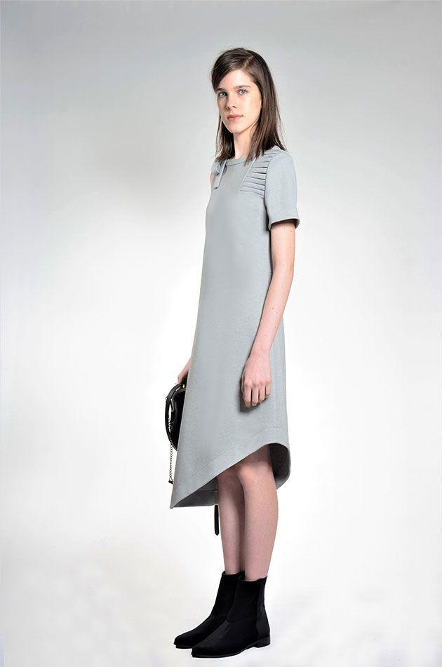 """Tecidos como couro, lã, neoprene (que aparece também na bota) vem em off-white, vermelho, marrom, cinza mescla e a aposta de que """"azul marinho é o novo preto""""."""