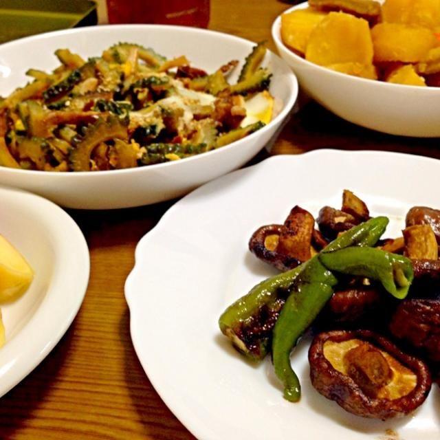 今晩は、野菜中心で!! 炎天下で椎茸干しておいたら、美味いわぁ(^-^)/ - 41件のもぐもぐ - ゴーヤ炒め、肉なしじゃが、干ししいたけシシトウのバターソテー、生姜 by wildcat山猫