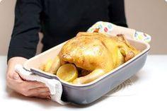 Receta fácil para asar un pollo entero de corral con patatas panadera al horno. Una receta básica y práctica.Preparación paso a paso.